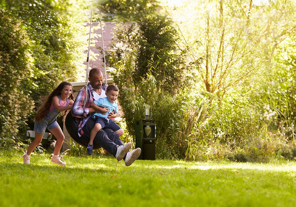 photomontage borne antimoustique dans jardin familial Qista